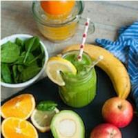 Grüner Smoothie mit Apfel, Banane und Orange
